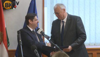 Dr. Aradszki András átveszi a megbízólevelet